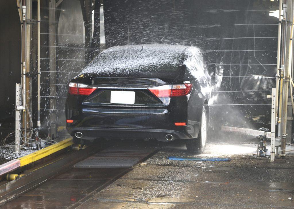 lavar el coche en un túnel de lavado