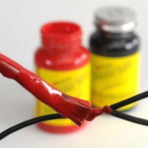 Fácil aplicación del recubrimiento aislante eléctrico PlastiDip para proteger, en este caso, un cable eléctrico pelado.
