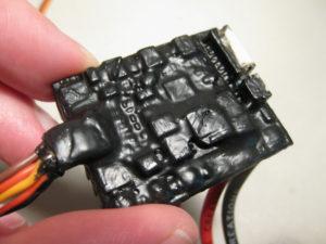 Placa electrónica recubierta con PlastiDip aislante en color negro