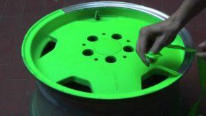 Despintado de llanta pintada en verde fluor Plastidip
