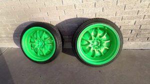 Pintura verde fluor Plasti-Dip plicada en llantas de coche