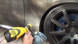 Aplicación de pintura PlastiDip con pistola eléctrica airless.