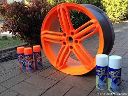 PlastiDip naranja fluor (Blaze) aplicado en una llanta de coche sobre base de pintura blanca PlastiDip.