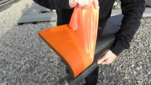 PlastiDip Naranja Fluor en spray aplicado sobre una pieza de fibra de carbono