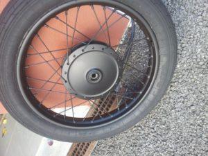Llanta de moto clásica ya terminada. De 4 a 6 capas de color negro mate PlastiDip