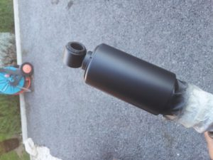 Las botellas cromadas de los amortiguadores de esta clasica se han pintado con spray PlastiDip negro mate