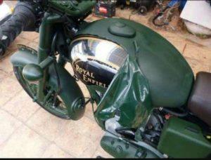 Moto Royal Enfield con depósito cromado pintada en verde camo PlastiDip
