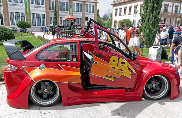 Coche tuneado con la decoración del Rayo McQueen #95