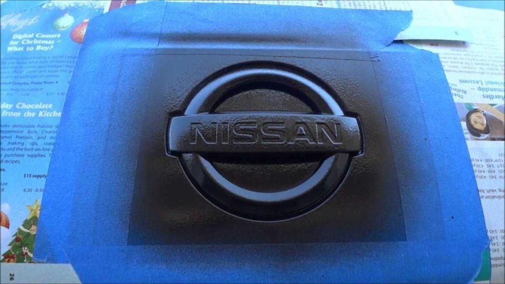 Enmascarado y pintado de emblema Nissan, con pintura PlastiDip