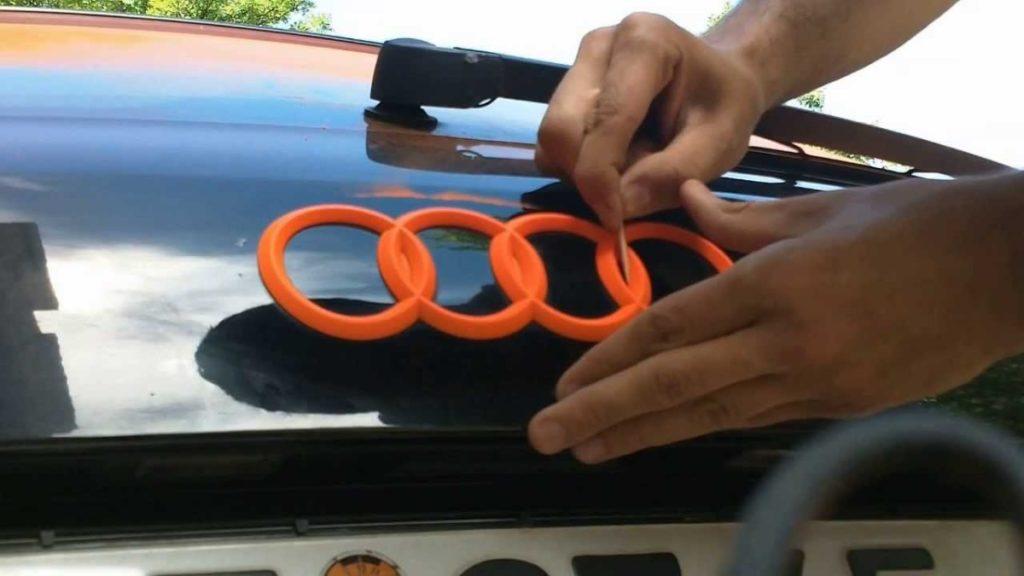 Retirada de pintura sobrante PlastiDip en emblema Audi