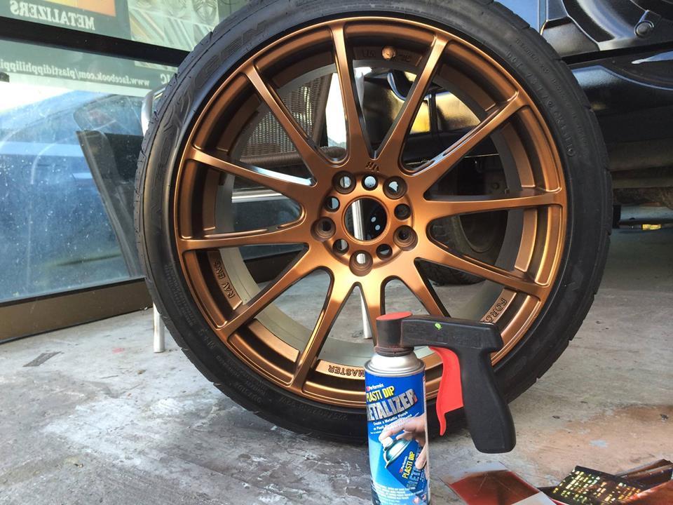 Plastidip efecto metalizado dorado aplicado sobre llanta de coche.