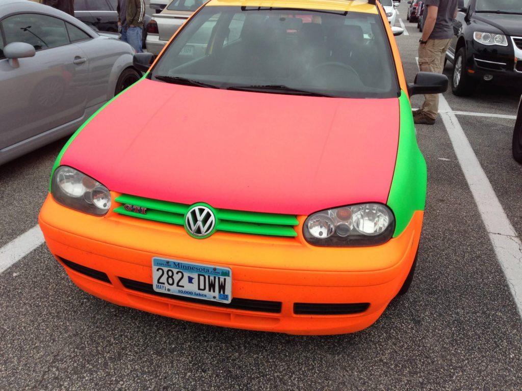 Volkswagen pintado con varios colores de PlastiDip